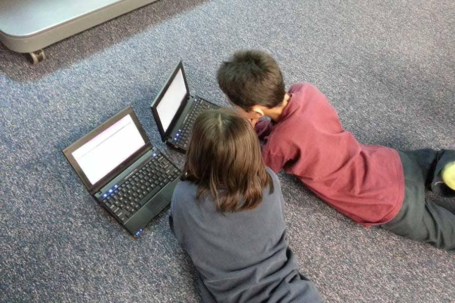 Niño y niña con portátil